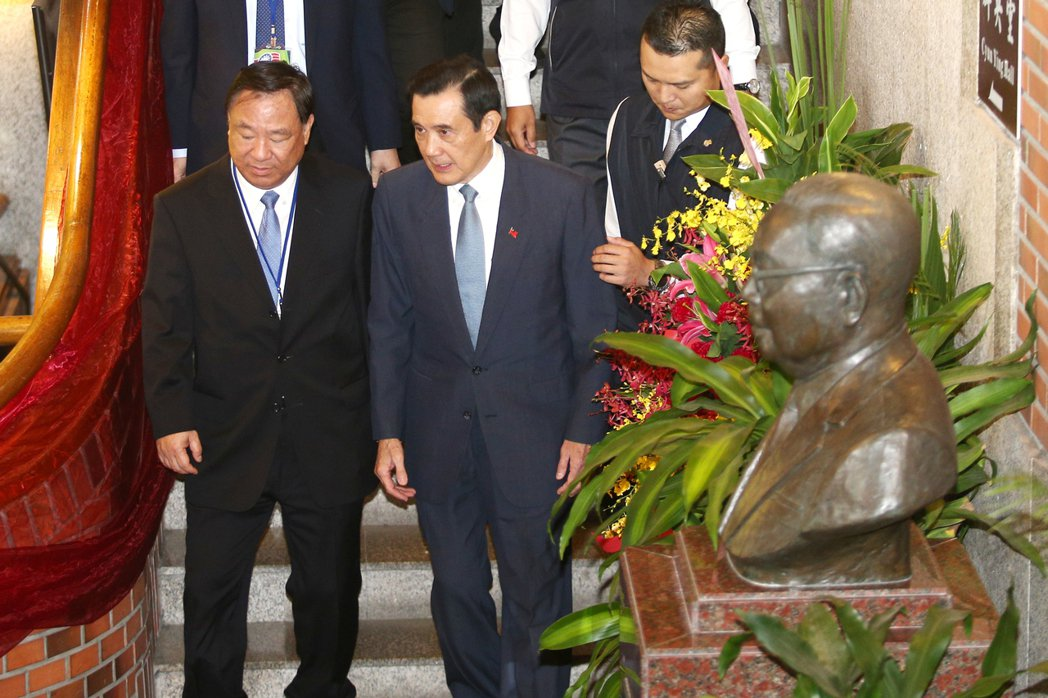 前總統馬英九(中)上午在救國團主任葛永光(左)陪同下出席救國團成立65周年團慶大...
