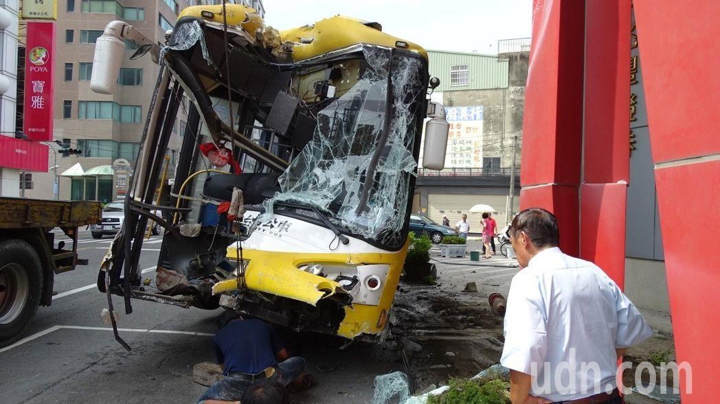 大台南公車在新營衝撞騎樓。本報資料照片