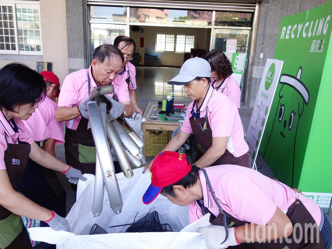 新竹市中埔里風收站志工隊訓練有素,協助民眾做好資源回收。記者郭政芬/攝影