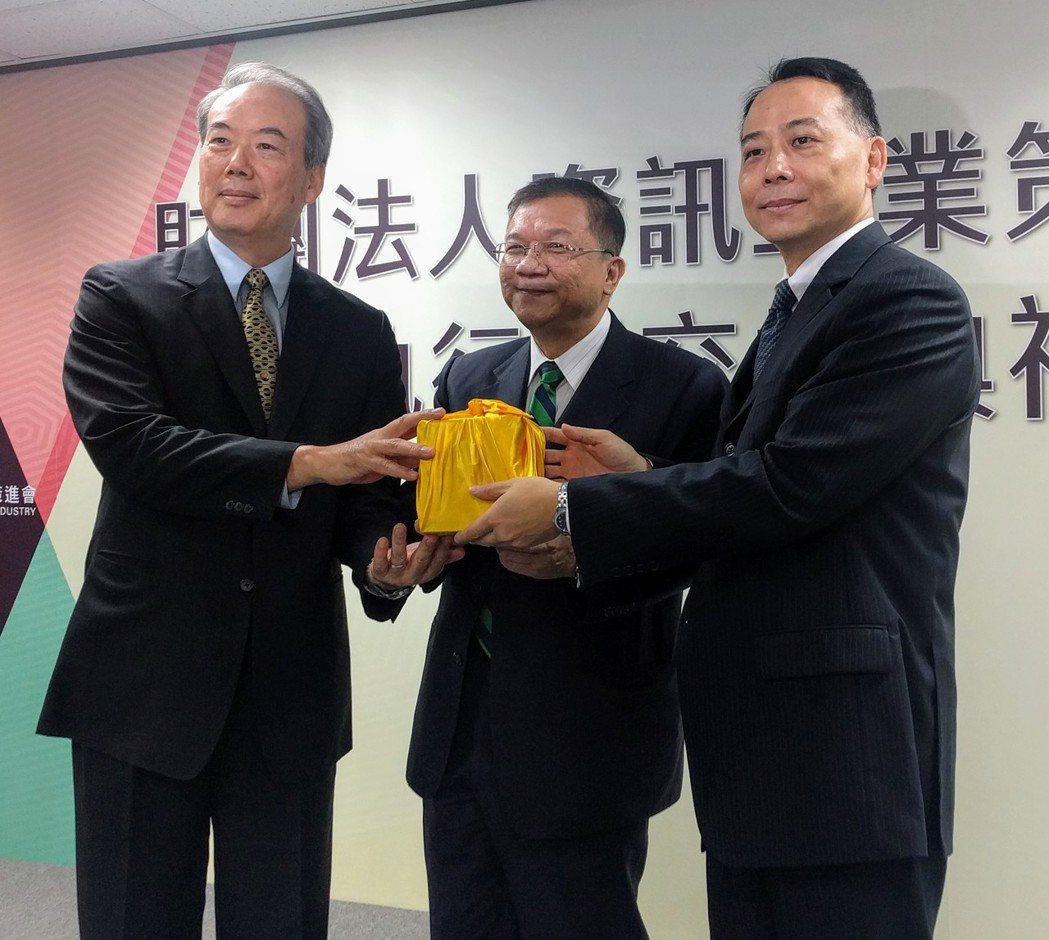工研院、資策會董事長李世光(中)今天出席資策會執行長交接典禮。記者張為竣/攝影