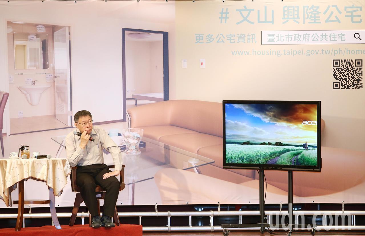台北市府上午在文山區公所辦行動市政會議,工作人員在舞台上規畫一個如同興隆公宅居家...