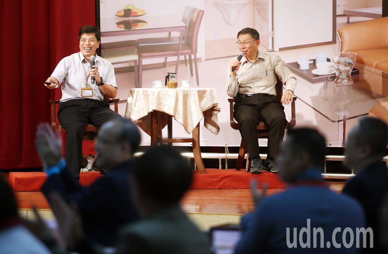 台北市府上午在文山區公所舉辦行動市政會議,工作人員在舞台上規畫一個如同興隆公宅居...