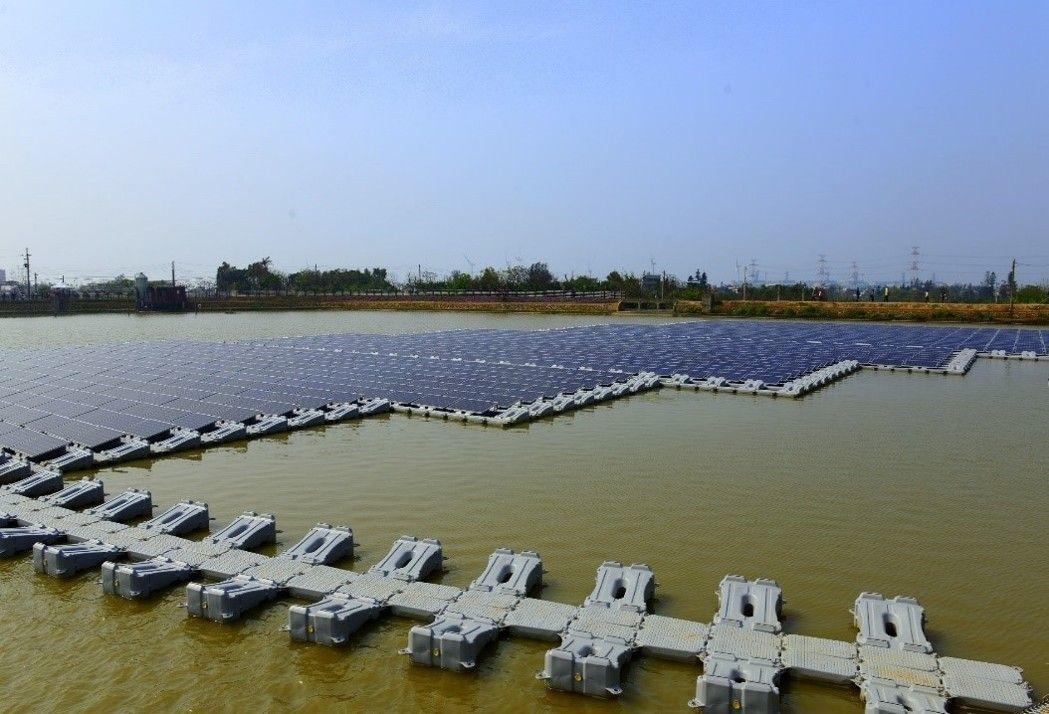 桃園市建置全台第一口光電埤塘,第一期光電系統已經啟動。 圖/桃園市政府提供