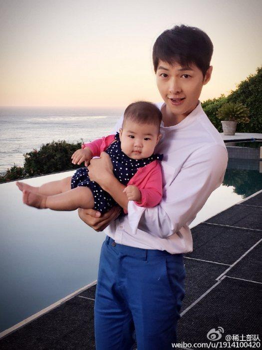 宋仲基抱著章子怡的女兒。圖/摘自微博