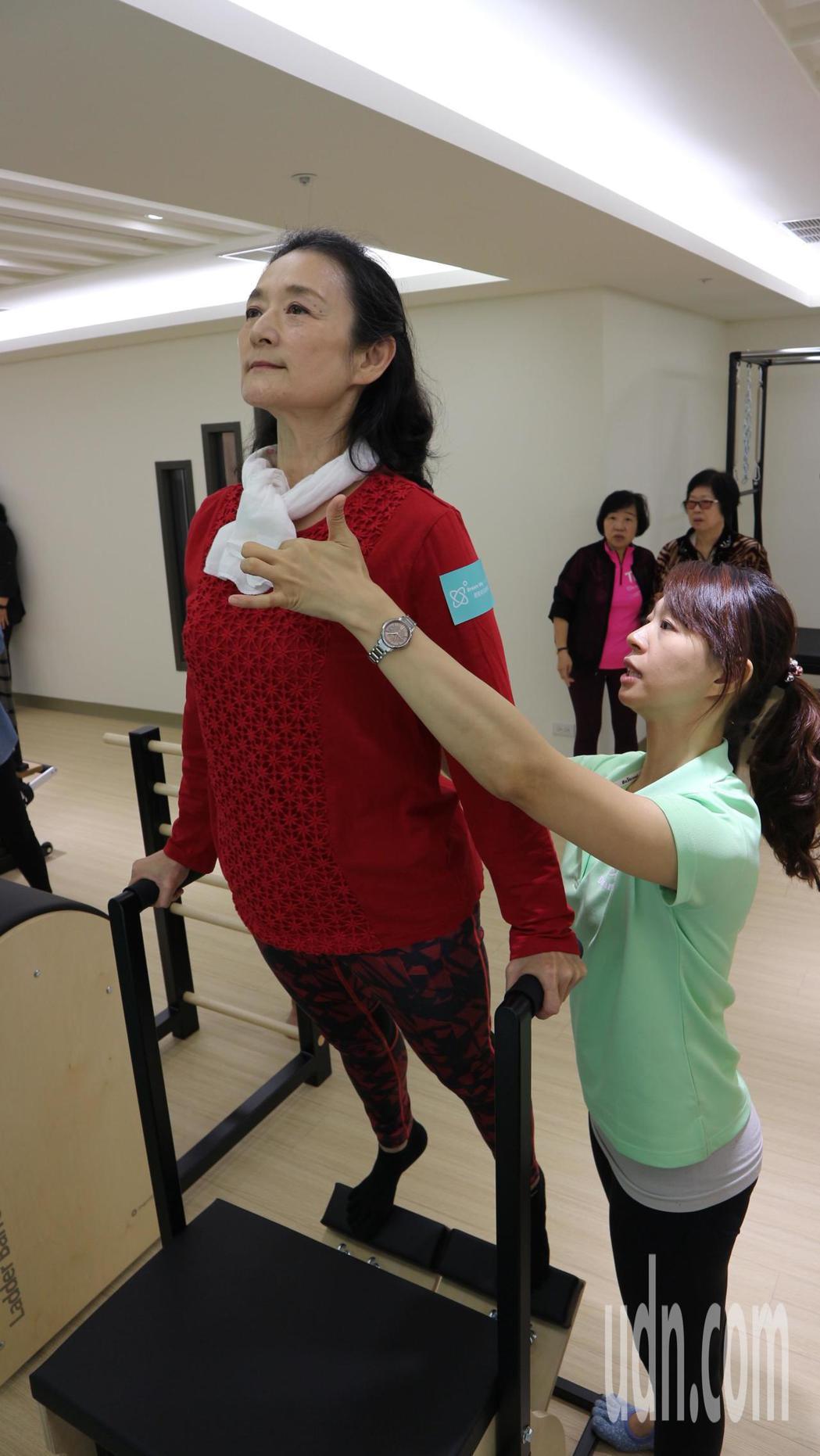藝人譚艾珍長期以來飽受坐骨神經痛的困擾。記者陳雨鑫/攝影