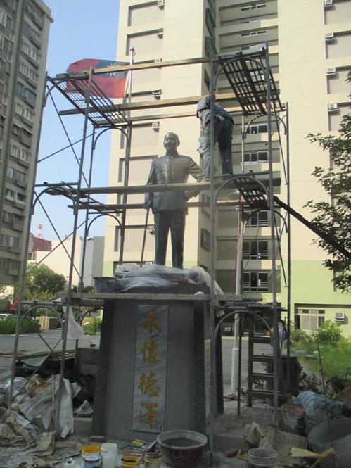 經過上百位鄉親與社團捐助,在蔣公誕辰紀念日這天早上,在精忠新城內舉辦蔣公銅像揭幕...