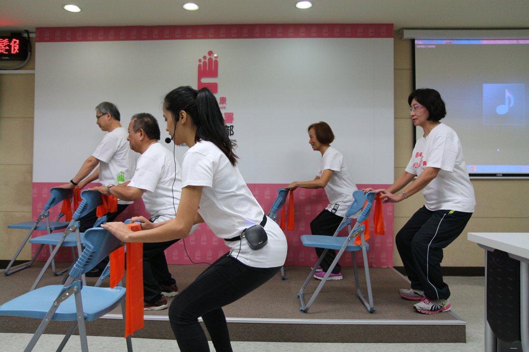 為了強化老年人肌力、減少下背痛,國健署結合各地衛生局辦理「動動健康班」,課程共1...