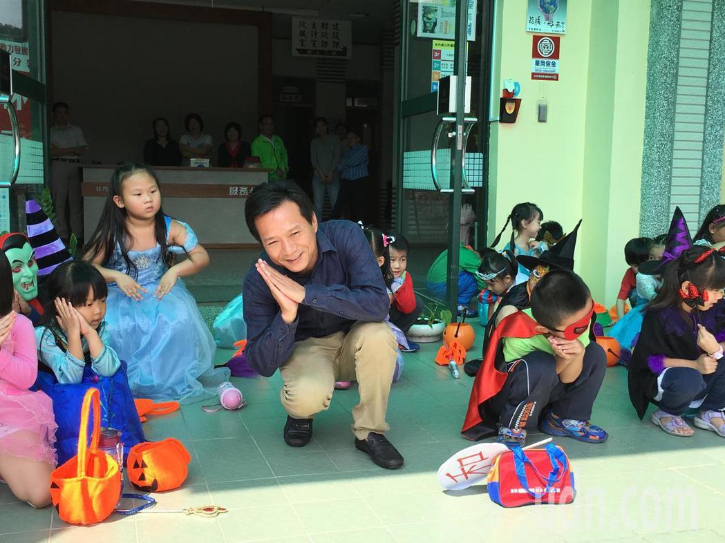 今天是萬聖節,雲林縣長和幼兒園的小朋友今天打扮成奇趣造型,大「鬧」林內鄉公所,直...