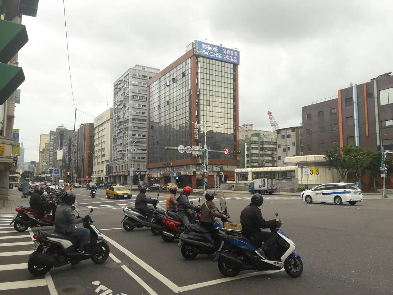 有網路社團發起抗議機車兩段式左轉活動,警政署提醒別違規。記者陳金松/攝影