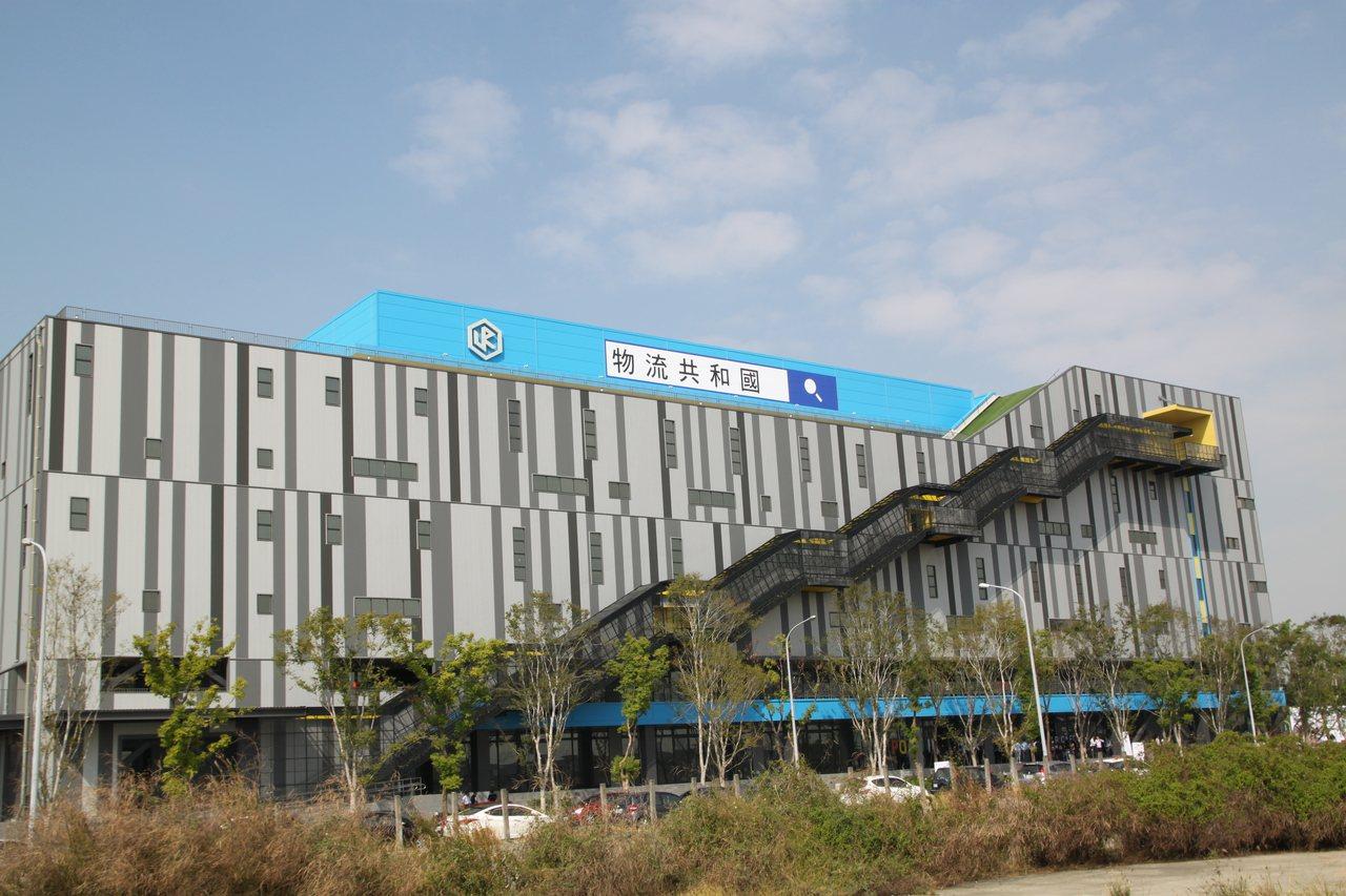 位在台中市高鐵特定區、由國泰人壽投資興建、永聯物流負責規劃營運的「物流共和國台中...