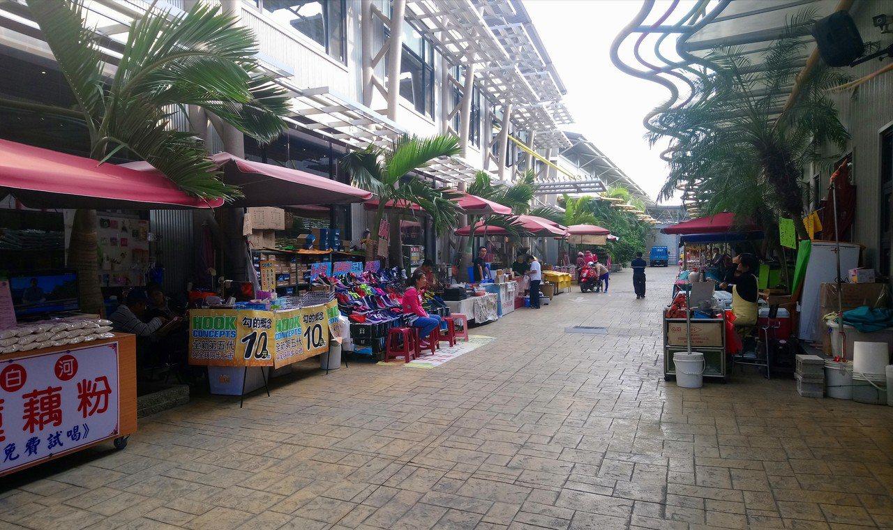 品皇咖啡觀光工廠外,還有攤販販賣地方特產、小吃。記者卜敏正/攝影