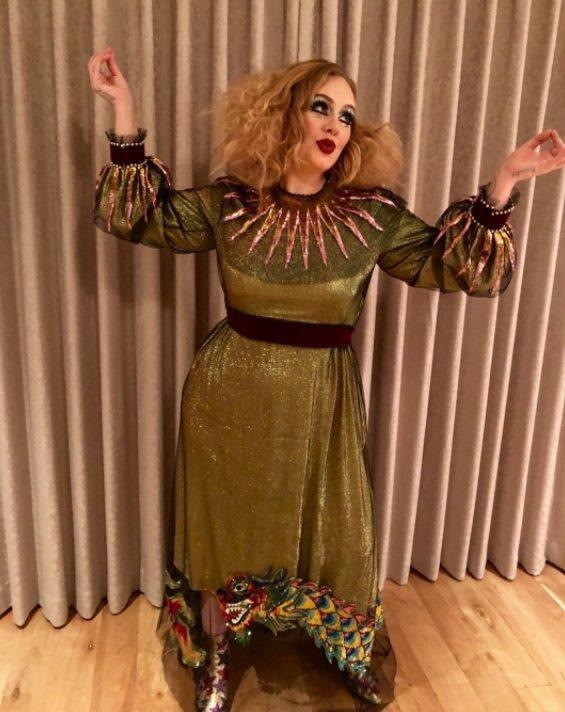 愛黛兒在Instagram上傳了萬聖造型照片,身穿Gucci春夏系列的一襲金色禮