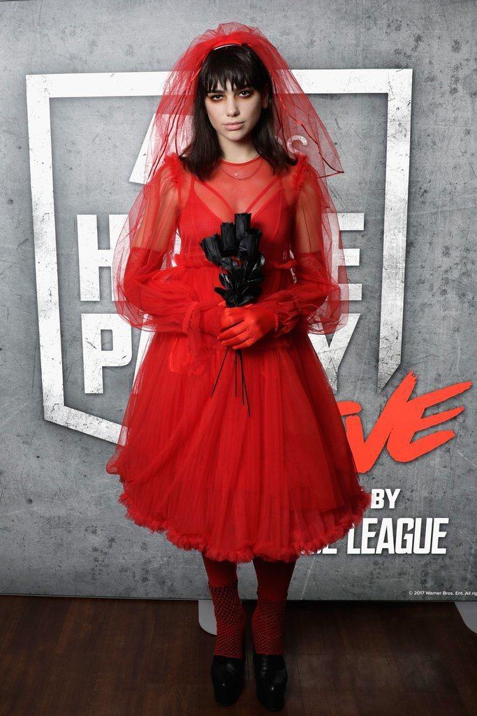 英國潛力女歌手杜娃黎波則是看中MSGM的紅色薄紗裝,手拿黑色玫瑰披上頭紗化身吸血...