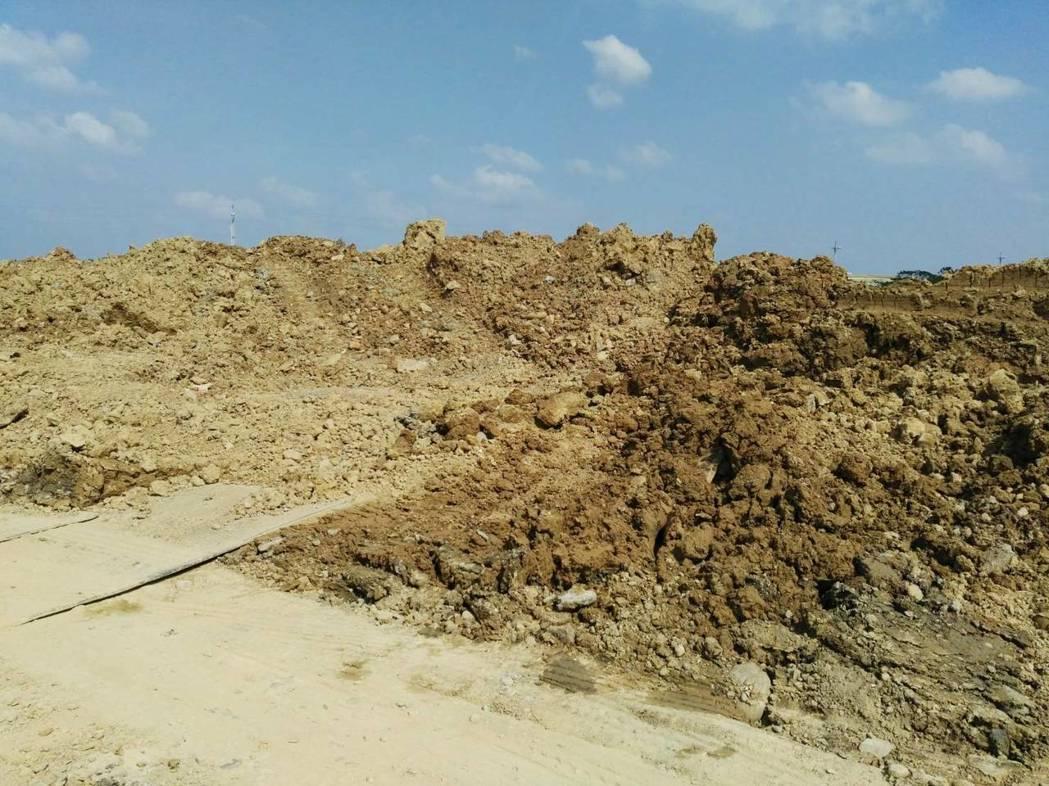農地被挖得面目全非。記者郭宣彣/翻攝
