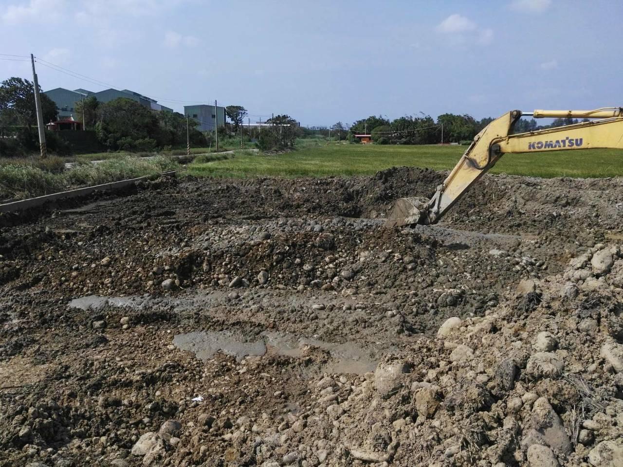怪手假借整理農地,卻偷挖乾淨土石。記者郭宣彣/翻攝