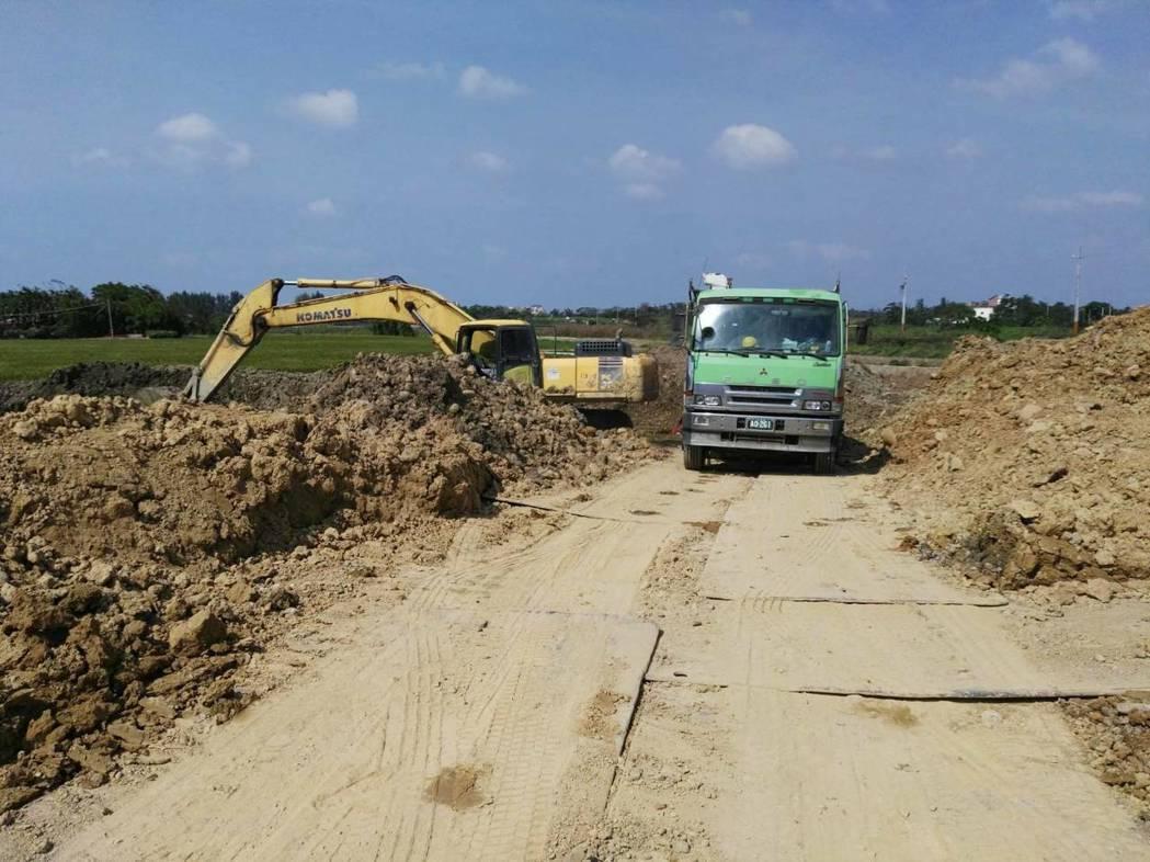 怪手假借整理農地,卻偷挖乾淨土石,還打算用貨車運走變賣。記者郭宣彣/翻攝