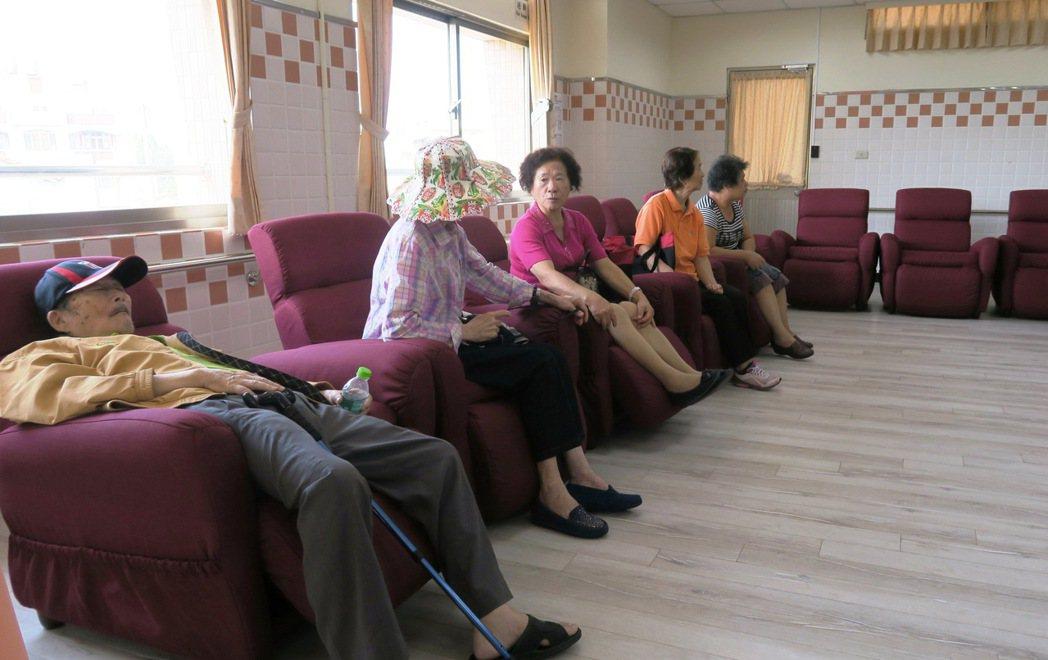 衛福部彰化醫院和二水鄉公所合作的二水鄉老人日間照顧中心,今天揭牌啟用,規畫休息區...