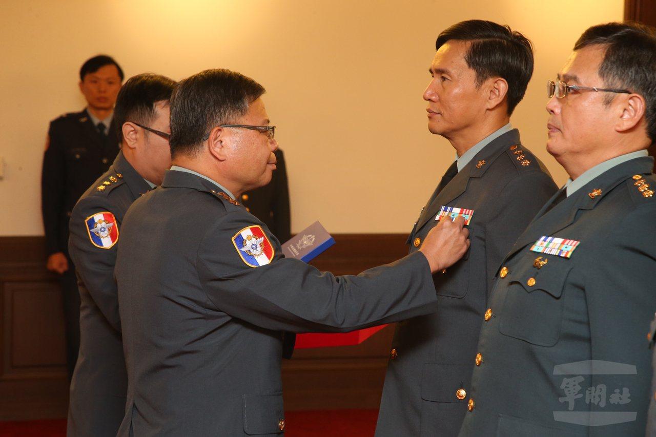 國防部副部長張冠群(左)日前頒授獎章給屆退上校:比這幾位上校稍晚一個月屆滿28年...