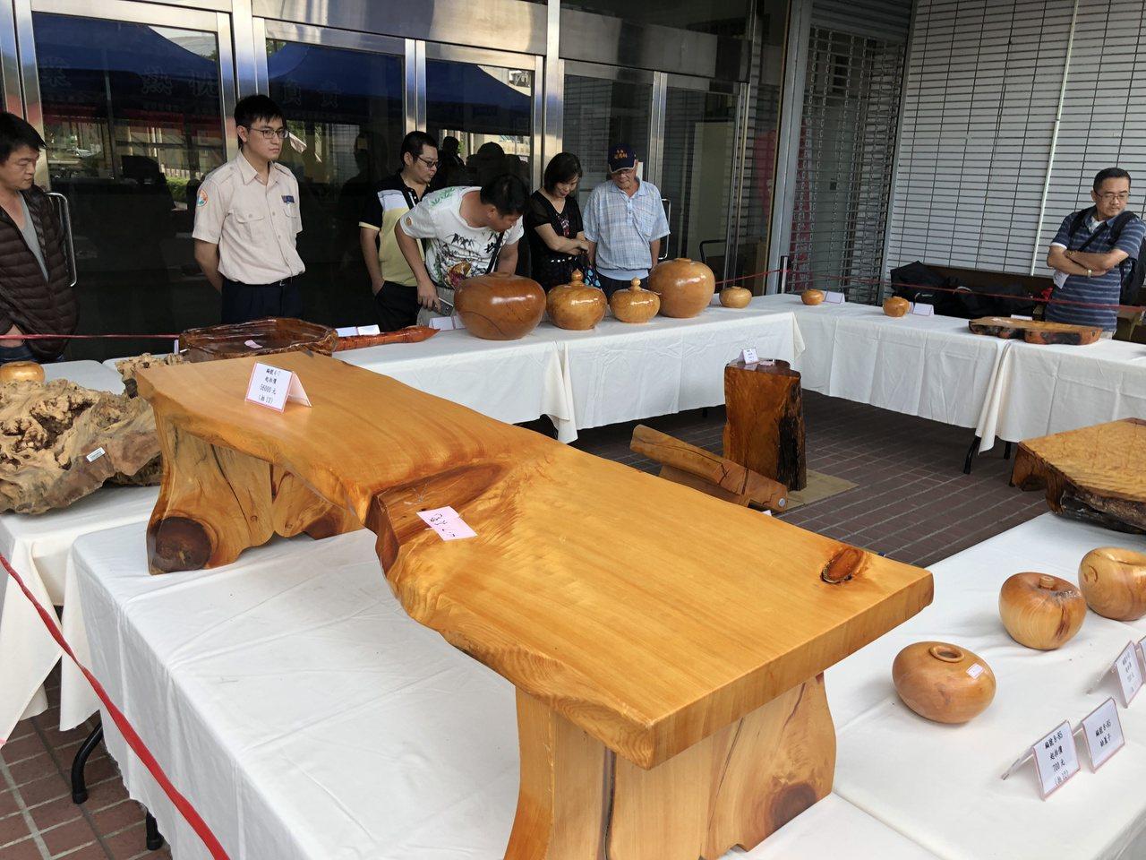 南投地檢署今天拍賣查扣的檜木扁柏等贓物,吸引民眾上門淘寶。記者江良誠/攝影