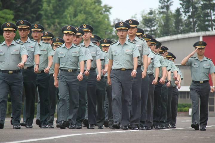 國防部今天宣布,「陸海空軍軍官士官服役條例」修正校、尉軍官延役條款已三讀,將可擴...