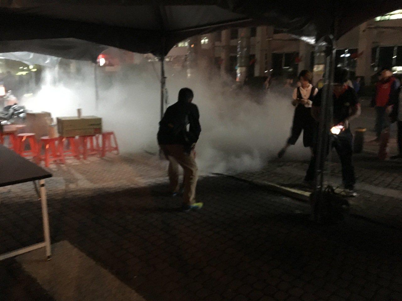 桃園市政府今晚在市府前假設500吋大螢幕舉行直播派對,場邊電線走火幸緊急滅火。記...