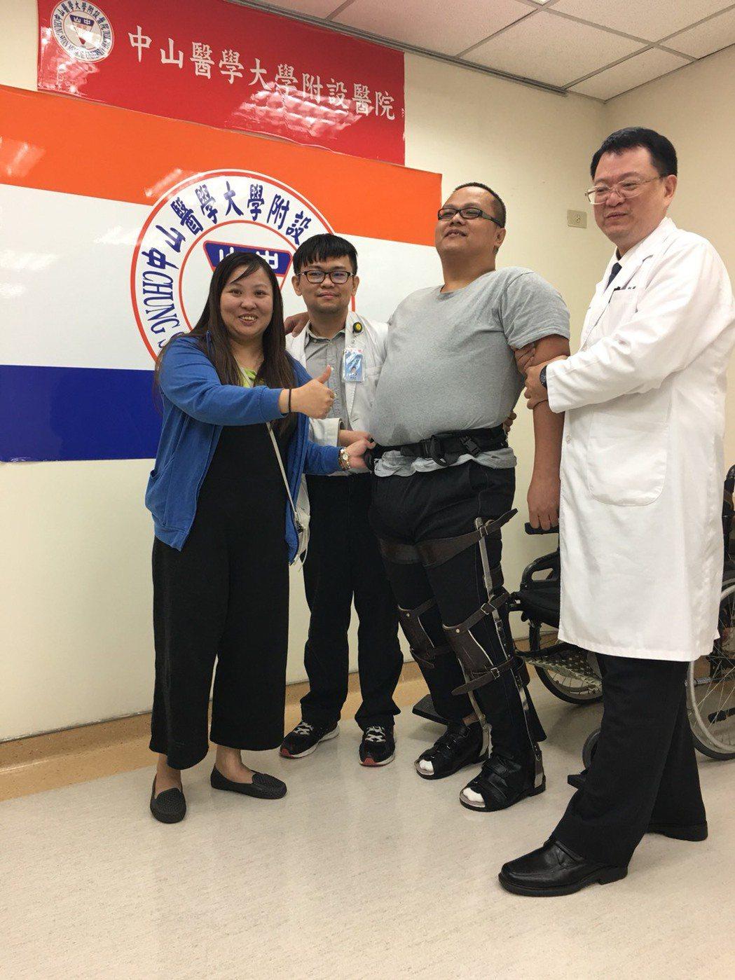 重達百餘公斤的林男(右2)接受腹針治療後,已可在雙腳穿著助行器下走上100多公尺...