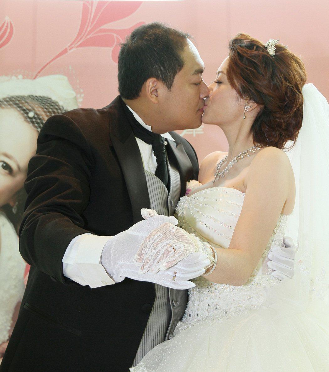 水果妹柯以柔(右)當年與廚師老公郭宗坤結婚洋溢幸福笑容。圖/聯合報系資料照