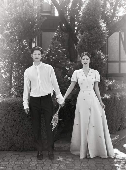 宋仲基和宋慧喬的黑白婚紗照。圖/摘自臉書