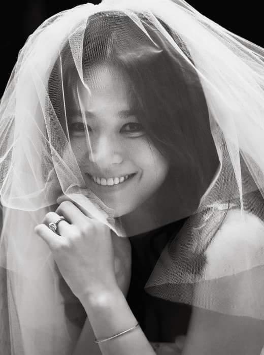 宋慧喬披著婚紗笑得開心。圖/摘自臉書