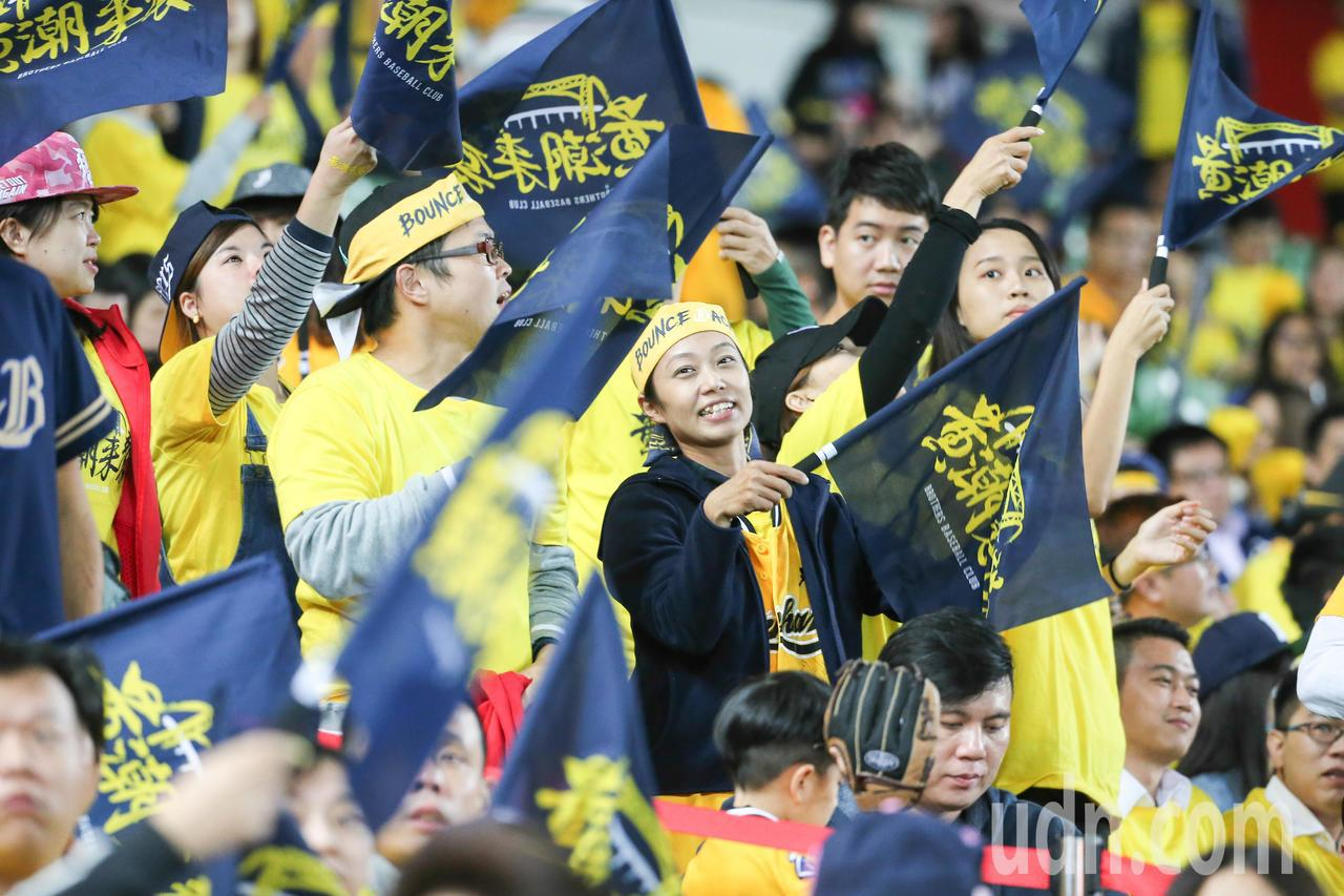 台灣大賽在中信主場熱鬧開打,許多球迷熱情投入比賽為球員加油。記者黃仲裕/攝影