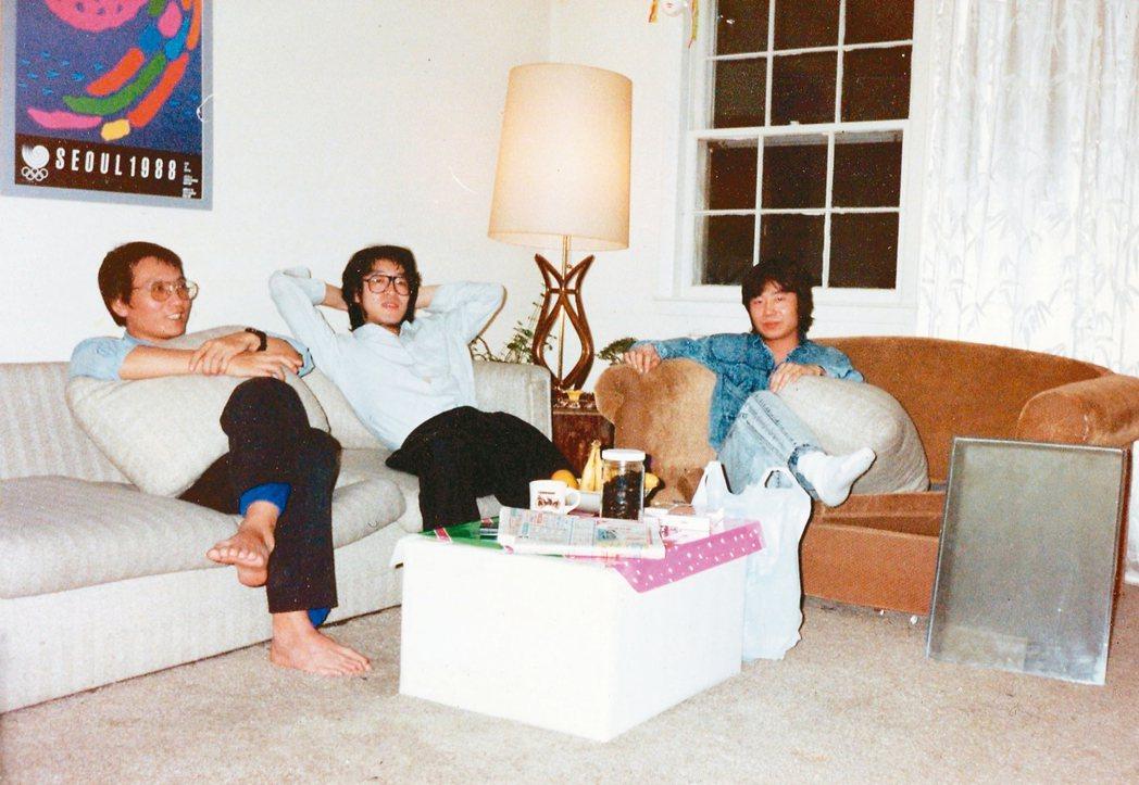 1989年2月,劉曉波(左起)、貝嶺、江河在貝嶺在紐約法拉盛租所共用客廳。 圖/...