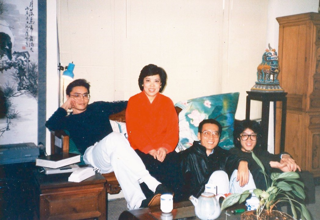 1989年2月,裴深言(左二起)、劉曉波、貝嶺,和他們的音樂家朋友在紐約法拉盛租...