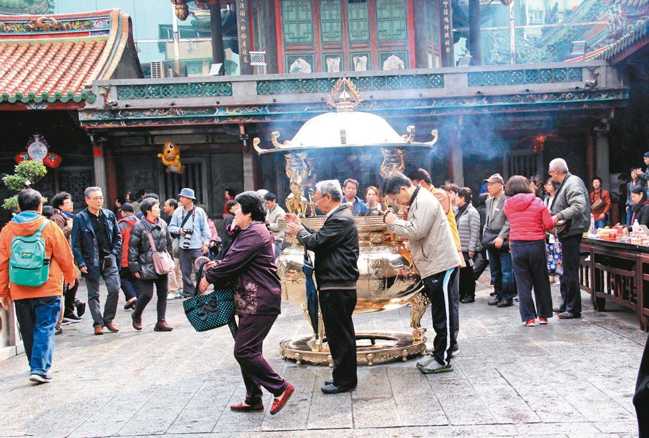 禮佛,台北市龍山寺。 攝影/陳雲和