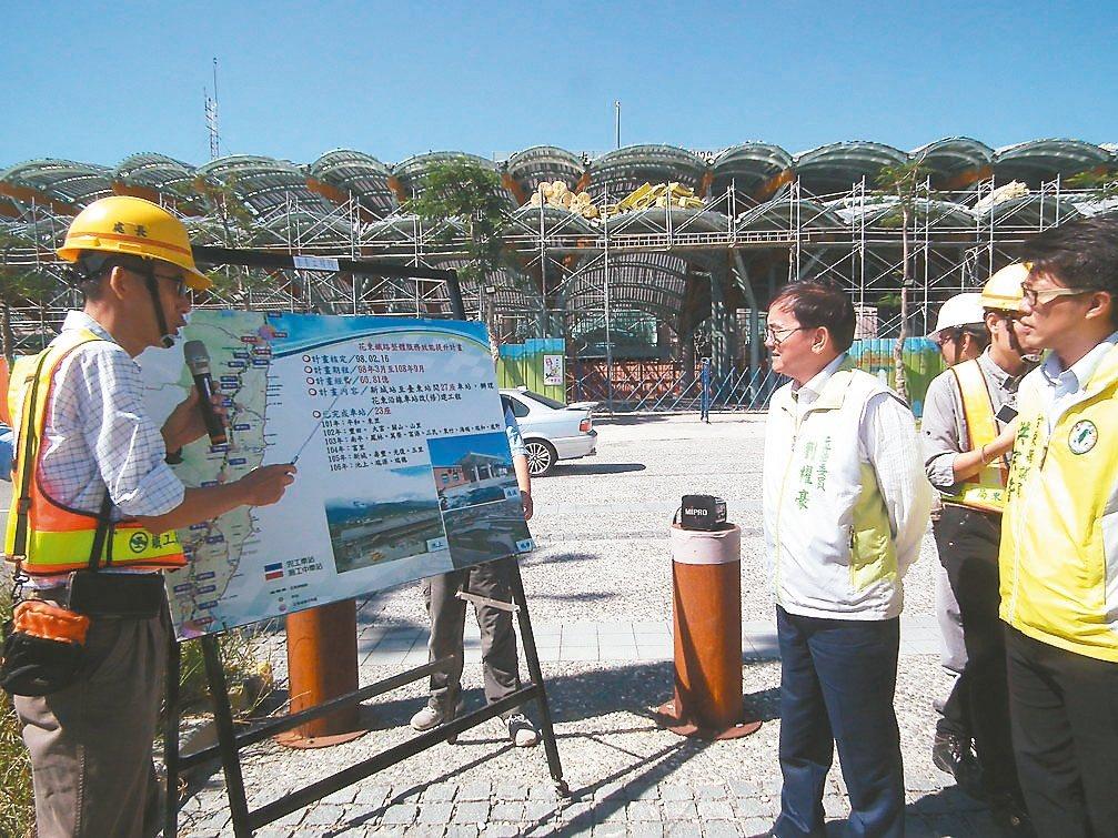 台東車站改建工程,預計明年5月完工,立委劉櫂豪和鐵改局人員昨天會勘工程進度。 記...