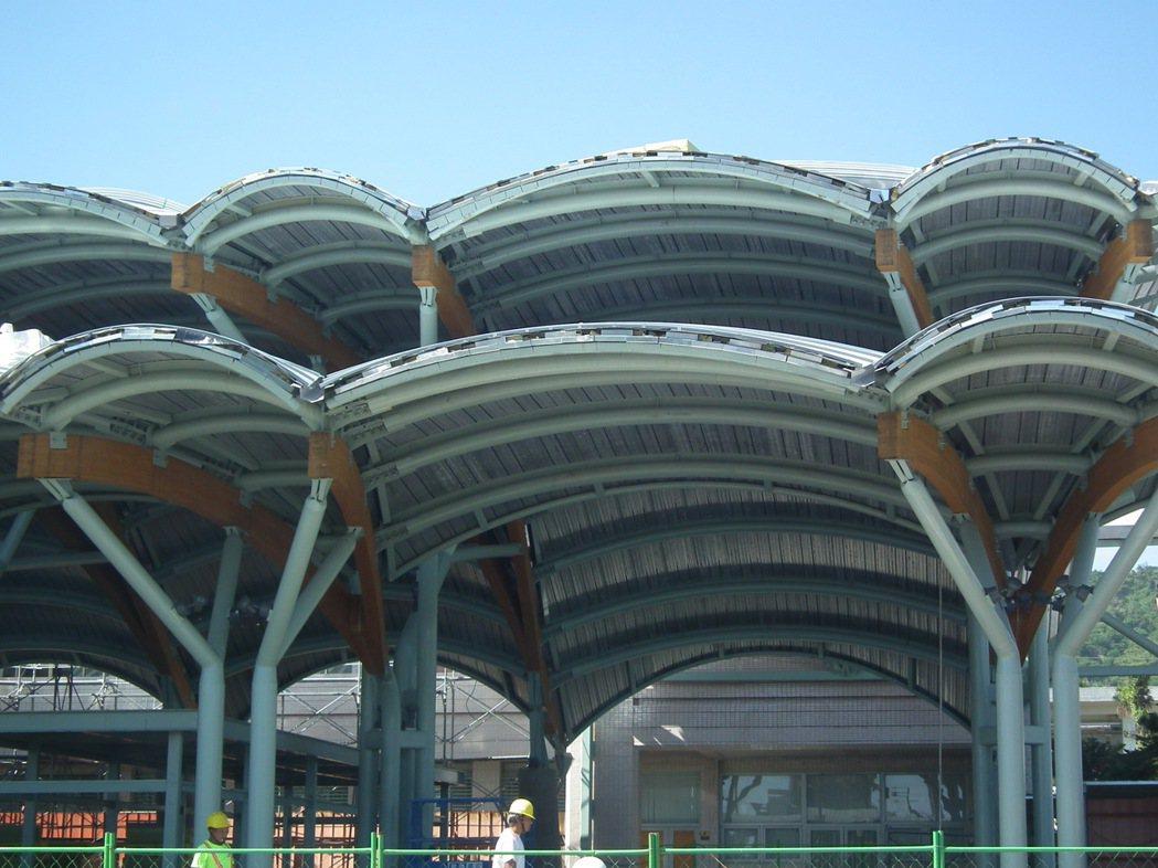 台東車站站前的門面設計,以在地卑南公園的史前文化和原住民木塊,以及太平洋波浪為元...