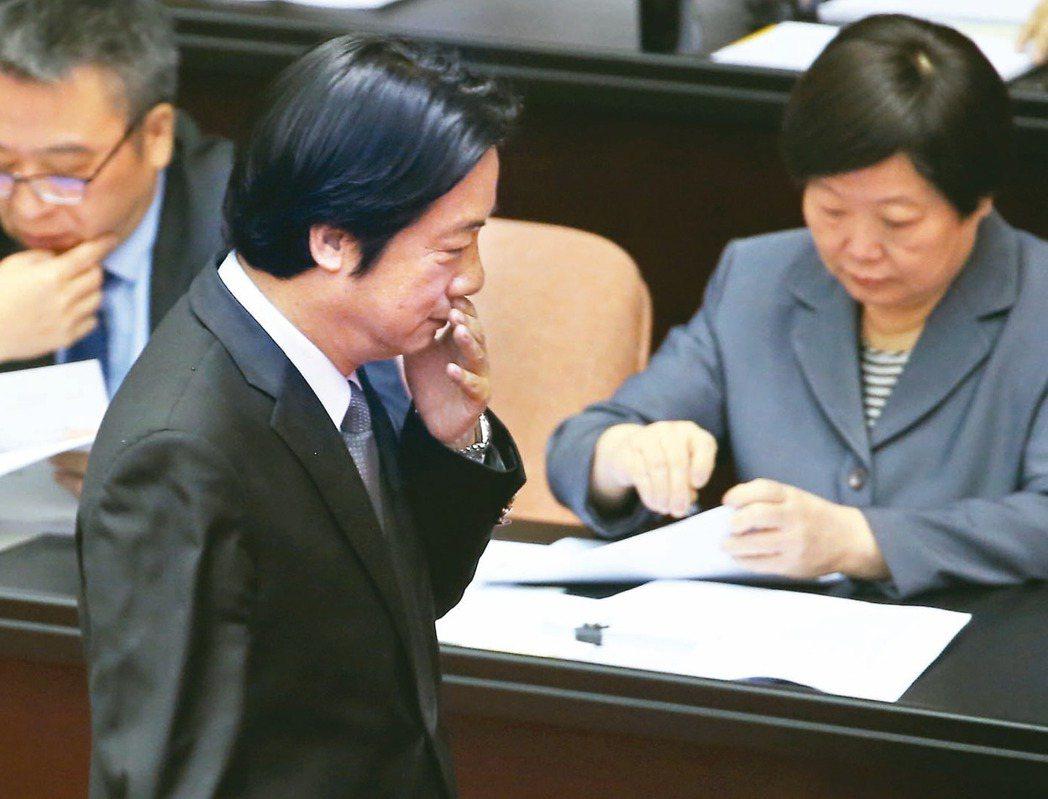 勞動部昨預告「一例一休」勞基法修正草案,行政院長賴清德(左)昨在立院答詢指修法是...
