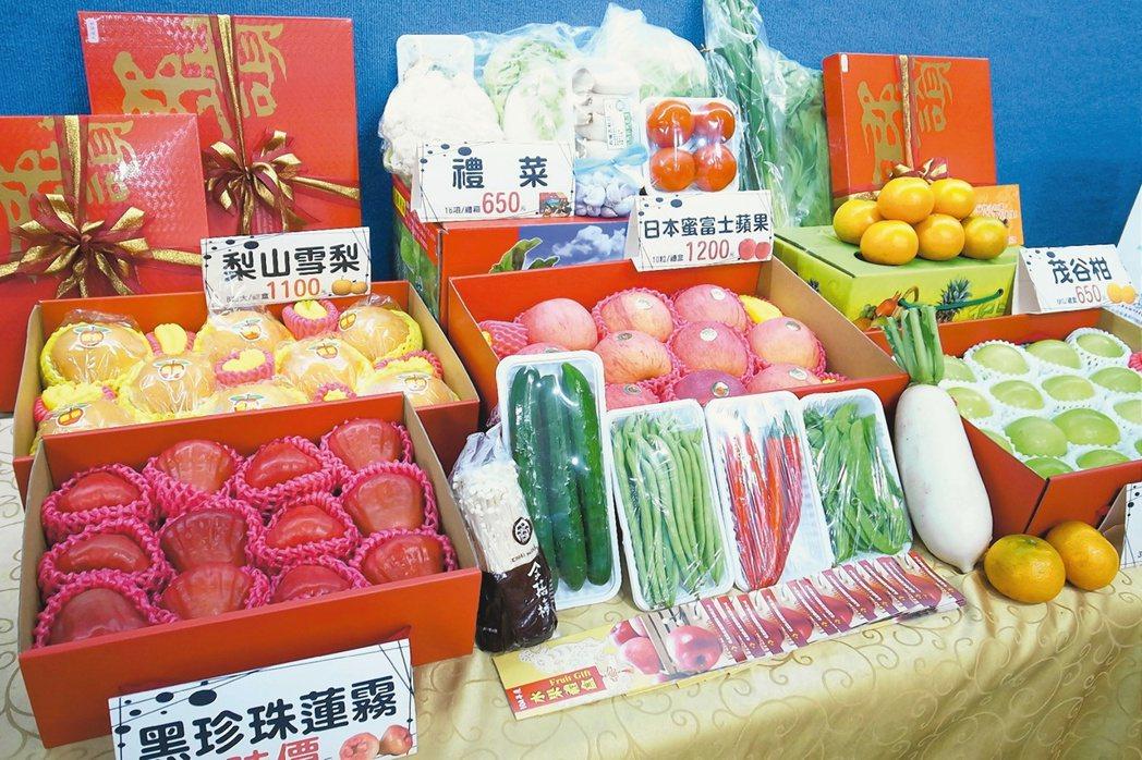水果禮盒夾帶現金,是常見的行賄手法。本報資料照片