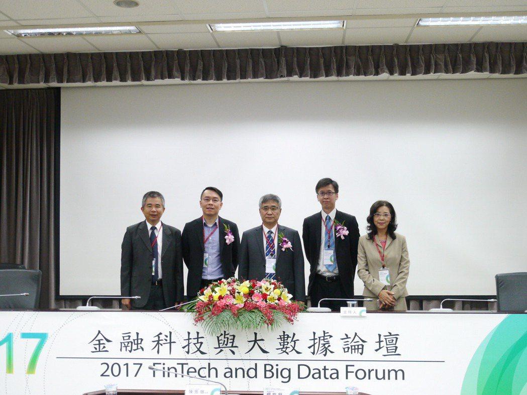 2017金融科技與大數據論壇講員與校長合影。 業者/提供。