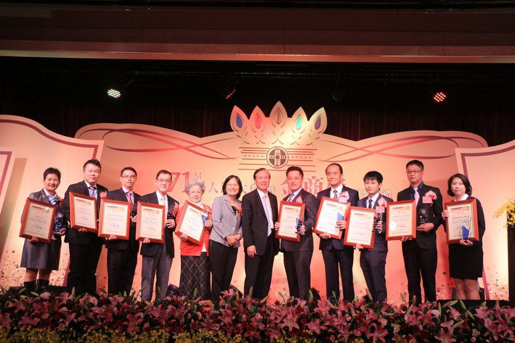 頒發優良創新老店獎,由經濟部商業司李鎂司長頒發。 中華民國全國商業總會/提供。