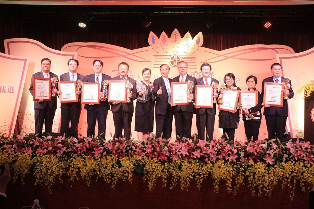 頒發優良商人獎,由經濟部王美花次長頒發。 中華民國全國商業總會/提供。