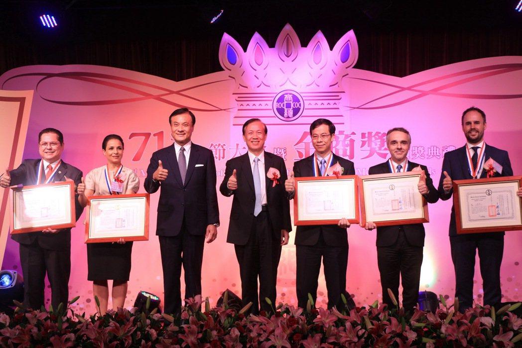 頒發優良外國駐華商務單位,由立法院長蘇嘉全頒發。 中華民國全國商業總會/提供。