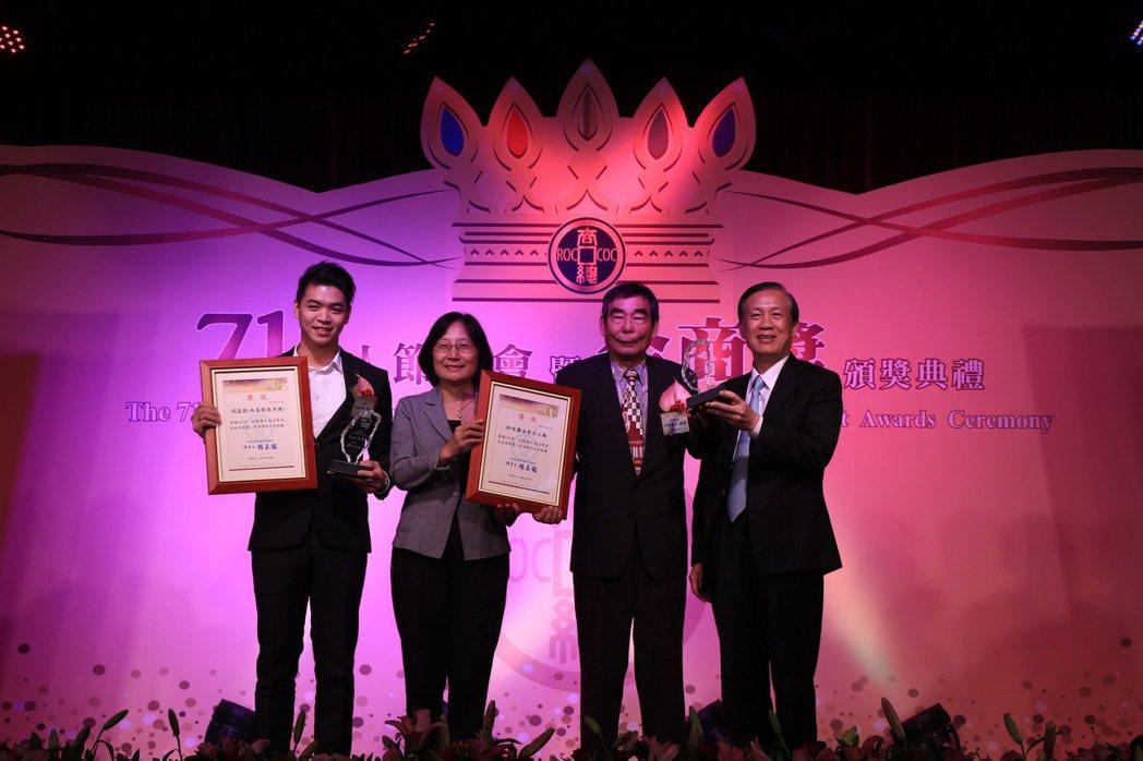 頒發在地深耕獎,由經濟部商業司李鎂司長頒發。 中華民國全國商業總會/提供。