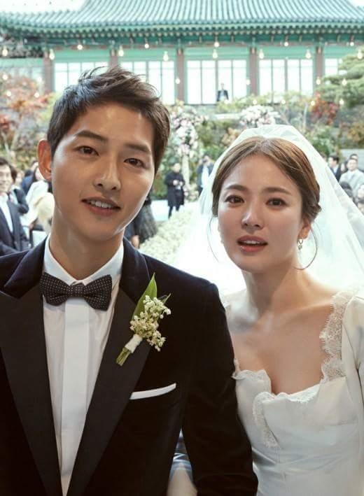 宋仲基和宋慧喬在戶外婚禮上合照。圖/摘自臉書