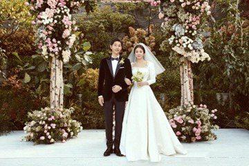 宋仲基、宋慧喬大婚,由於兩人表示婚宴不接受贊助,新娘子喬妹穿著的Dior婚紗,也是自費訂製,據外媒粗估就至少超過10萬美元;婚戒則是CHAUMET 18K白金鑲鑽戒,約4182美元,以雙宋近9000...
