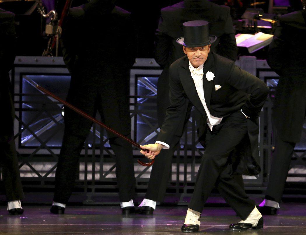 在2017年東尼獎頒獎典禮上,擔任主持人的史貝西還兩度拿出櫃來當哏娛樂觀眾。 圖...