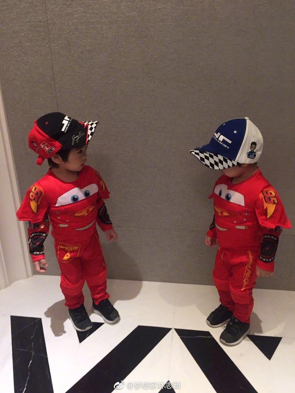 萬聖節不跟風,林志穎把雙胞胎兒子們裝扮成賽車手。 圖/擷自微博。