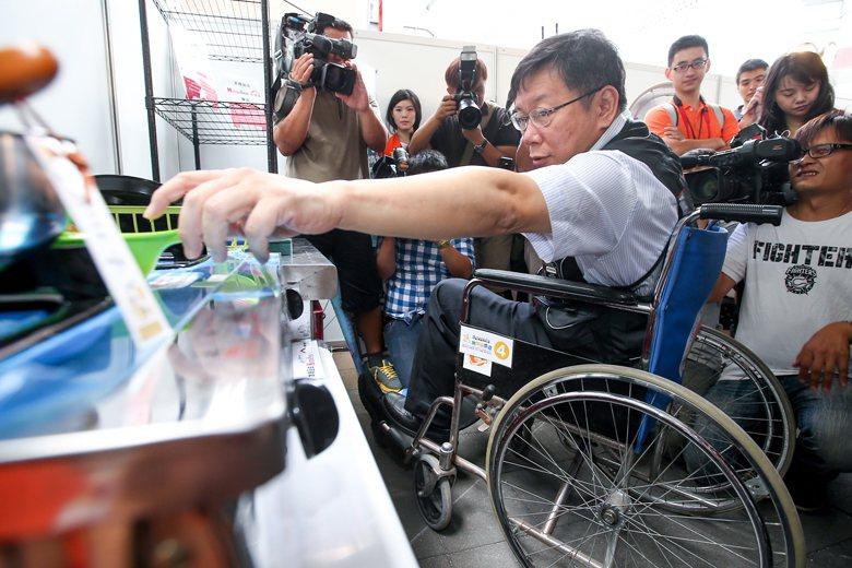 圖為2014年台北市長參選人柯文哲參加伊甸基金會「無障礙生活節」的活動照。 圖/...