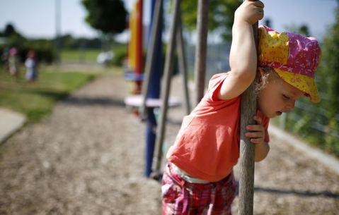 敢讓一歲寶寶爬上爬下的挪威幼兒園