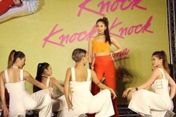 紮著俐落的高馬尾,配上一身「橘」的長褲套裝,鬼鬼吳映潔1日發布全新單曲《Knock Knock Knock》,記者會上她也首次公開演出完整舞蹈,充滿Power的舞蹈動作,活力十足。然而她卻語出驚人宣...
