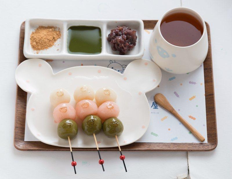 三色花見糰子(配焙茶)180元/有原味、抹茶、櫻花口味糰子,以黃豆粉、抹茶、蜜紅...